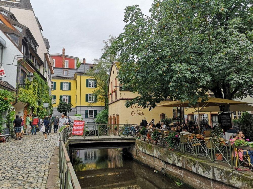 Canale nel centro storico di Friburgo in Brisgovia in Germania