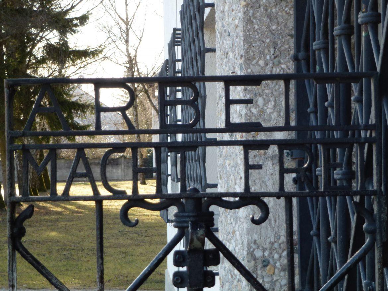 Il cancello di accesso al campo di concentramento di Dachau in Baviera con il motto Arbeit Macht Frei, il lavoro rende liberi