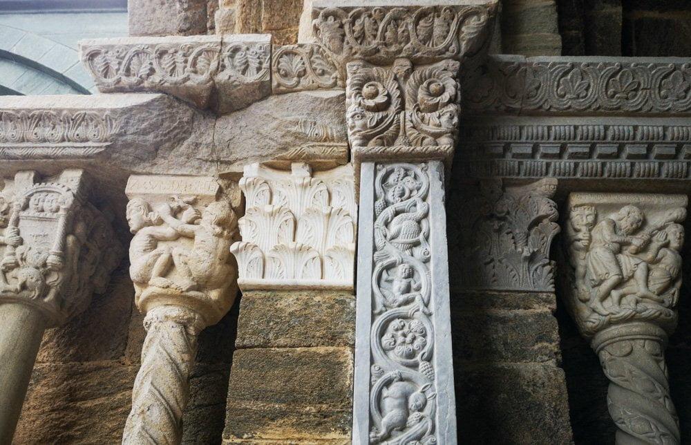 Decorazioni e capitelli sul Portale dello Zodiaco della Sacra di San Michele