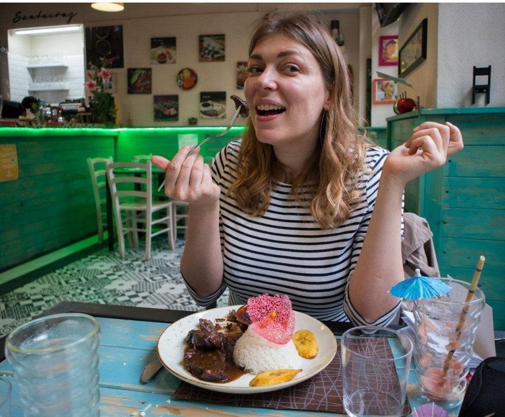 Paola Bertoni mangia l'asado negro al ristorante venezuelano Caribbean Bistrot di Torino