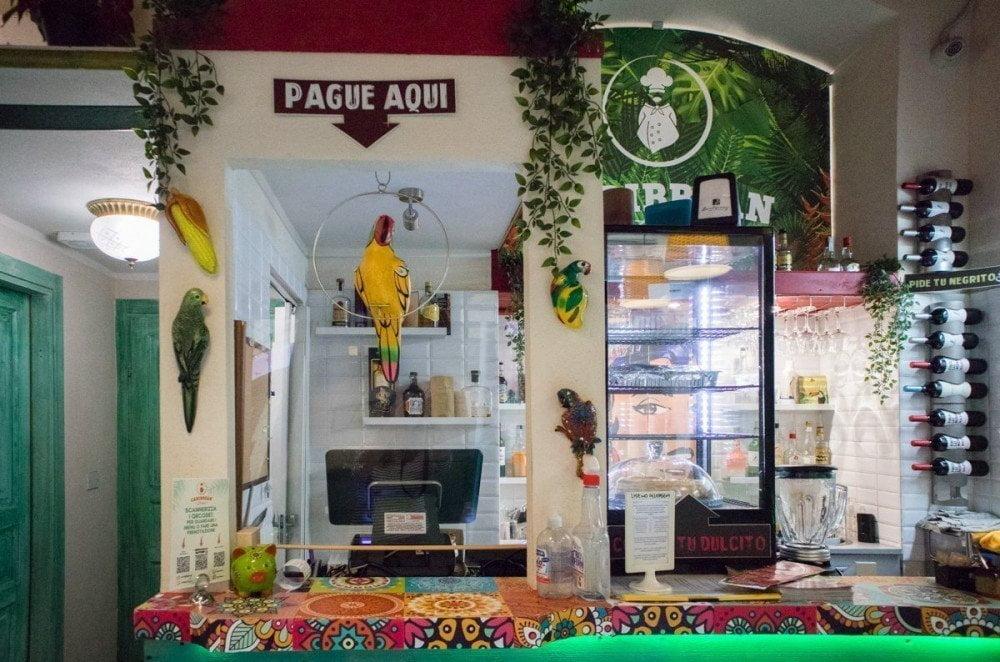 La cassa del Caribbean Bistrot di Torino decorata con un pappagallo finto