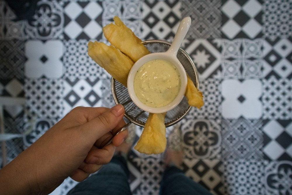 Yuca fritta e salsa all'aglio del ristorante venezuelano Caribbean Bistrot di Torino
