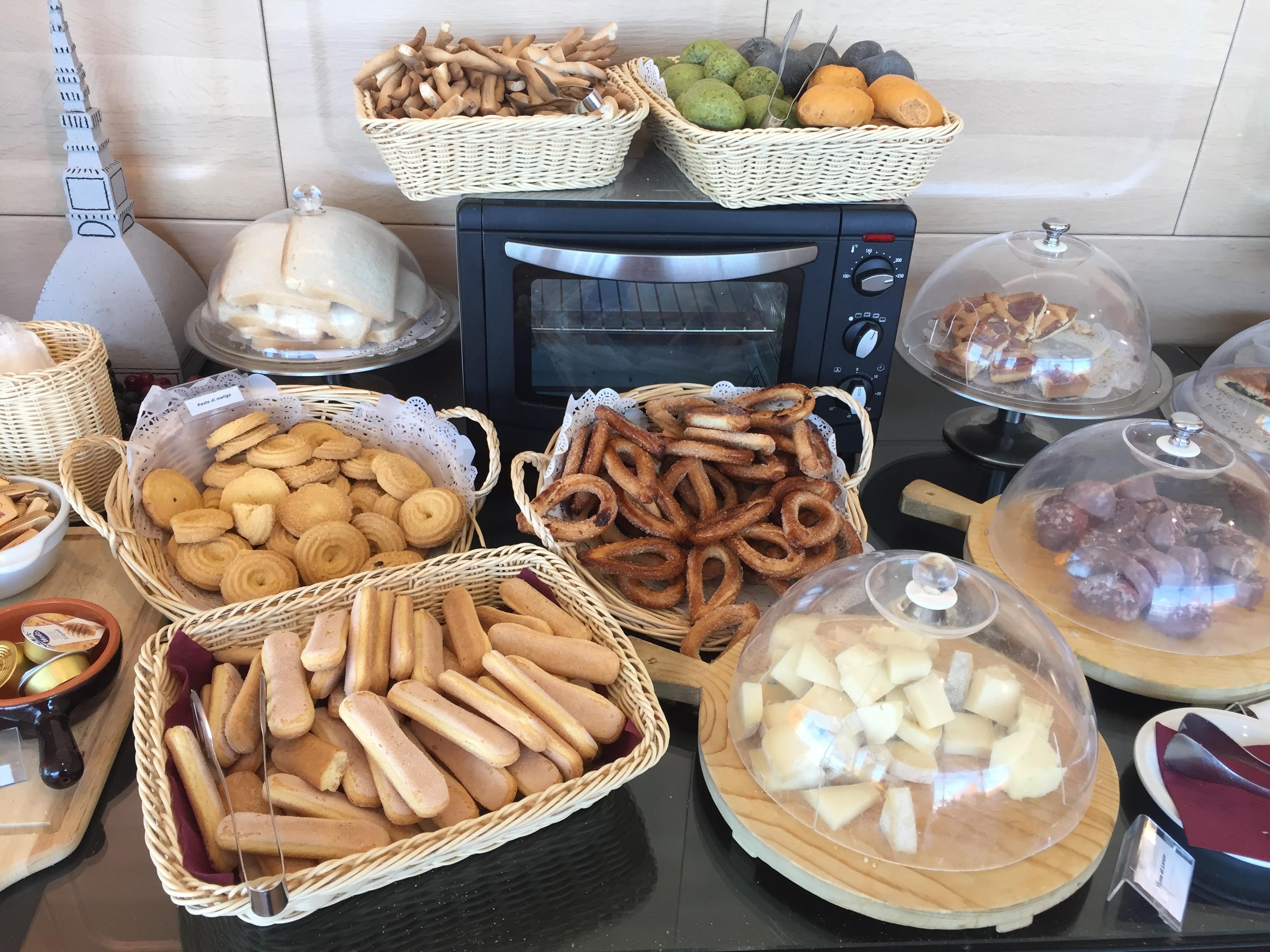 Il buffet freddo alla Piemonte Lounge dell'aeroporto di Torino