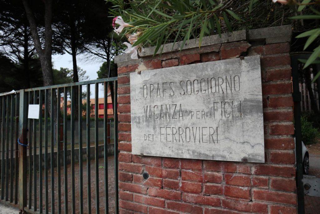 Targa all'ingresso della colonia marina di Calambrone di proprietà delle Ferrovie dello Stato