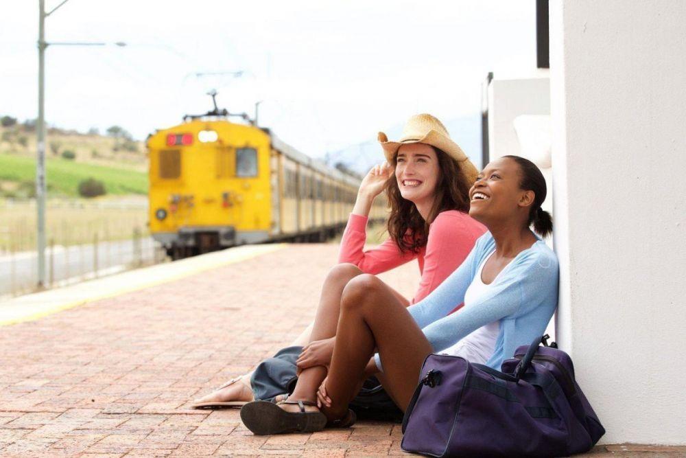 Immagine di stock ragazze in viaggio in stazione