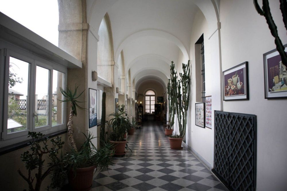 Corridoio che conduce all'Antica Farmacia Sant'Anna dei frati carmelitani scalzi di Genova
