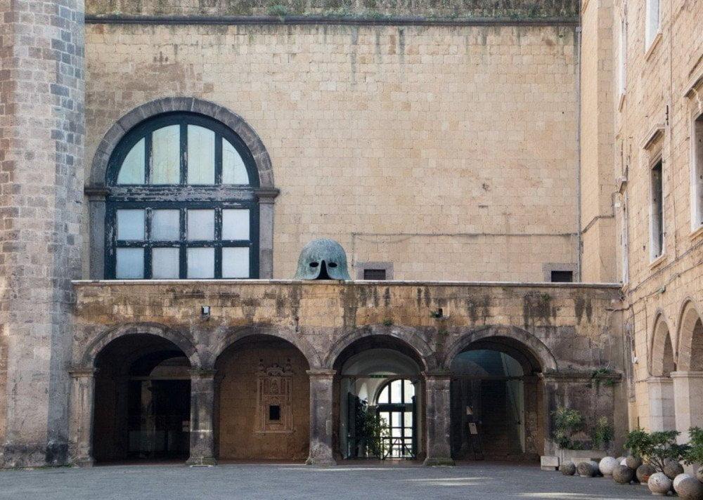 Interno del cortile di Castel Nuovo Maschio Angioino a Napoli