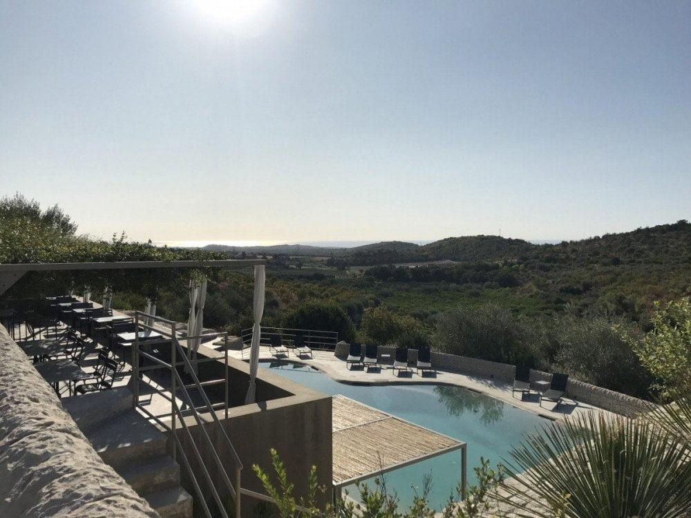 L'elegante piscina immersa nella campagna siciliana del resort Country House Villadorata di Noto