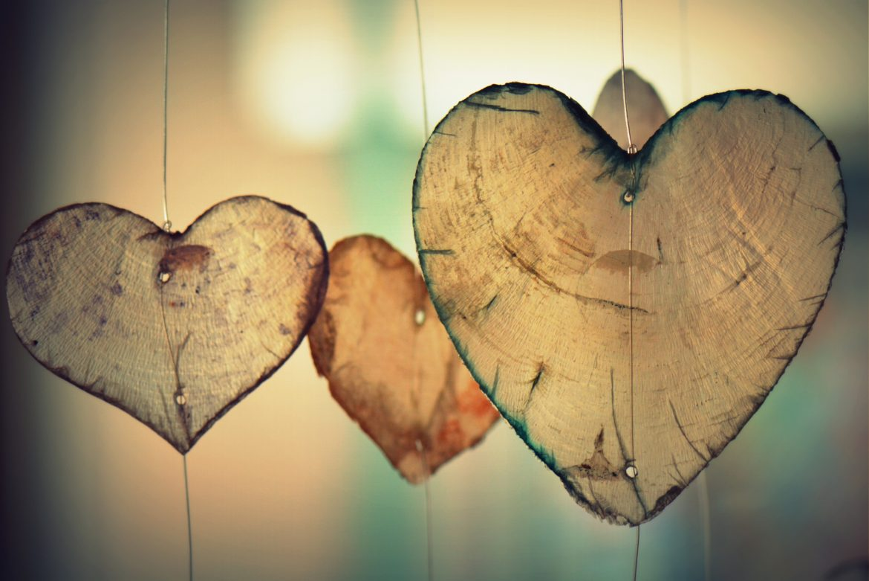 Decorazione romantica con cuori di legno