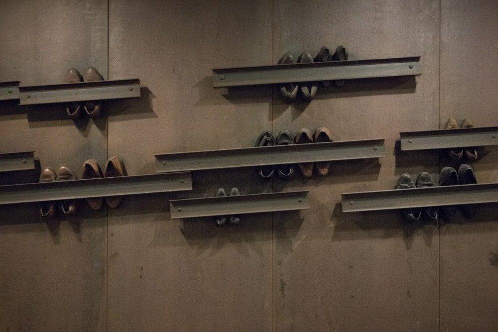 Scarpe schiacciate sui binari, opera di Jannis Kounellis, alla fermata Dante della metropolitana di Napoli