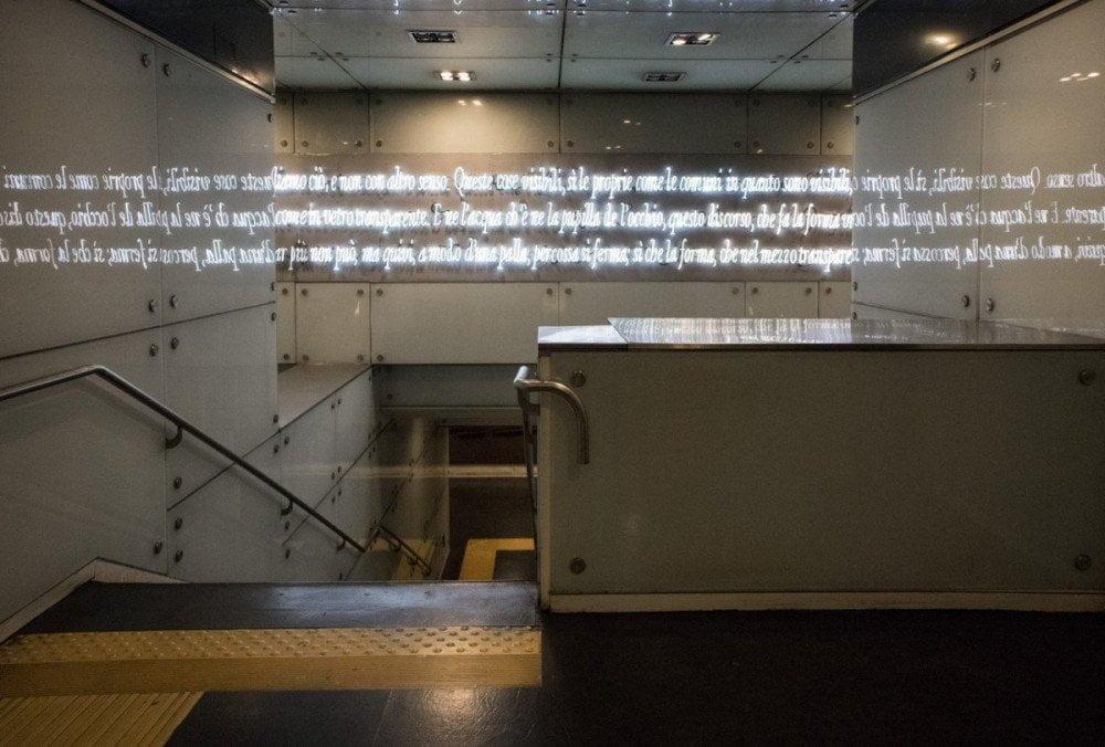 Passi di Dante scritti con il neon da Joseph Kosuth alla fermata Dante della metropolitana di Napoli