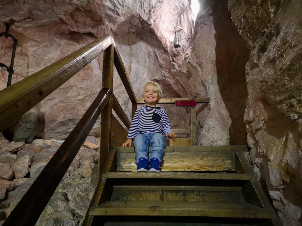 Figlio di Paola Bertoni sulle scale del percorso della miniera del Deutsches Museum di Monaco di Baviera