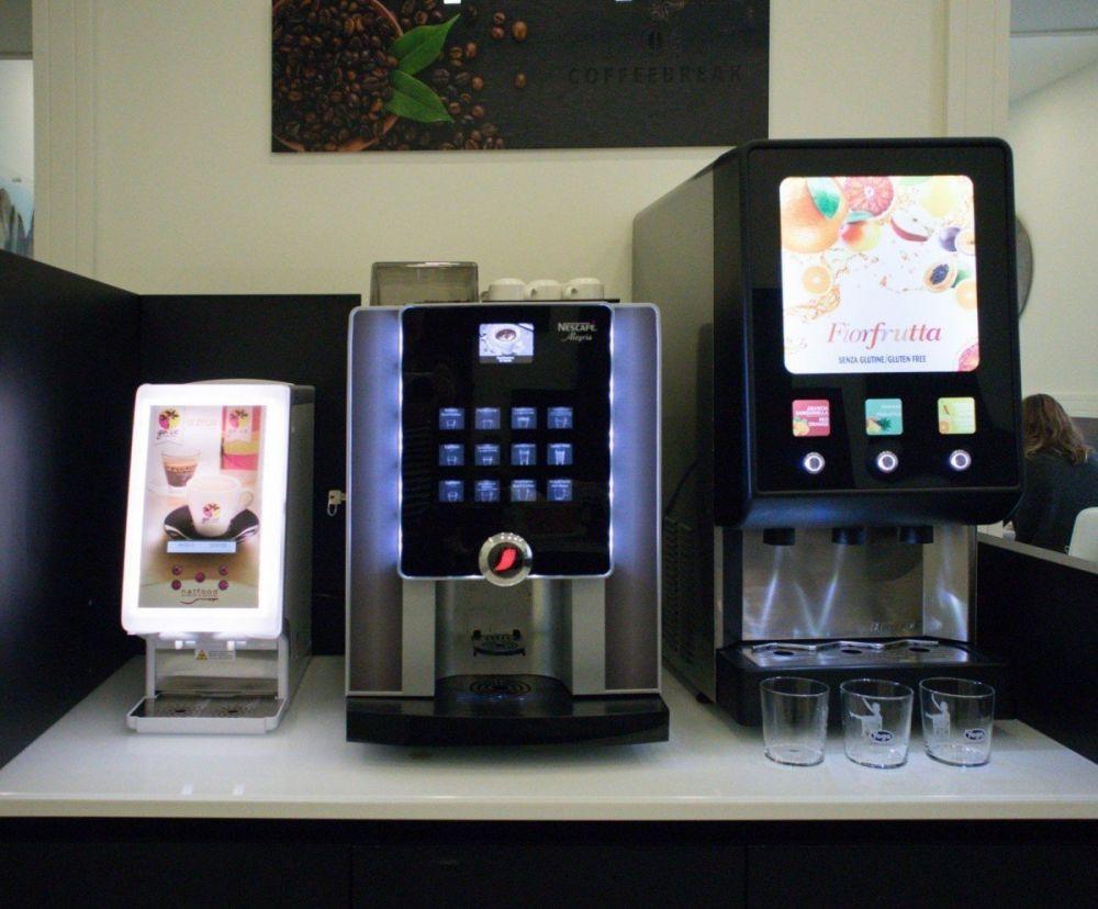 I distributori automatici di bevande nella sala della colazione all'hotel Palazzo Firenze di Napoli