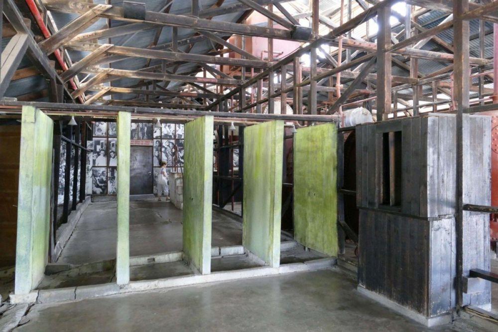 Le docce all'ingresso del campo di detenzione di Atlit, vicino a Haifa, Israele