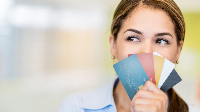 Donna con tante carte di credito