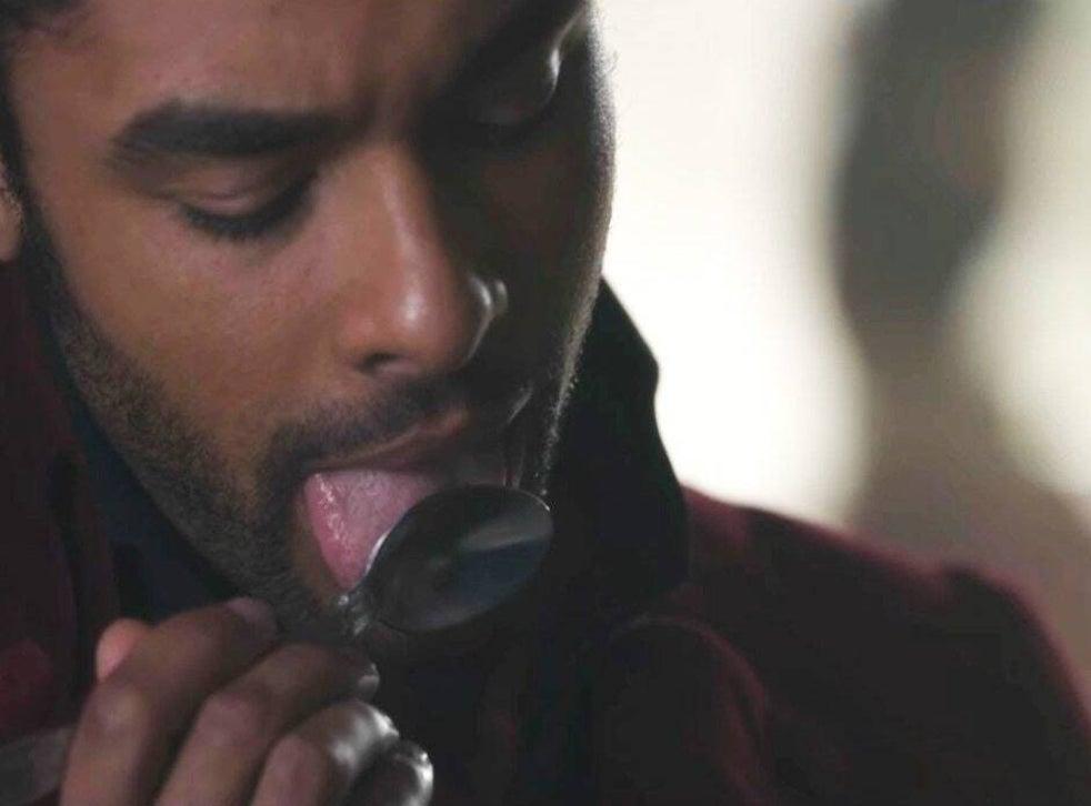 Il Duca di Hastings che lecca un cucchiaio sollevando fantasie sessuali nella sua fidanzata durante la prima stagione di Bridgerton di Netflix