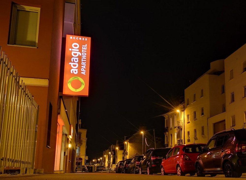 La via in cui si trova l'Aparthotel Adagio Dijon République con la fila di macchine parcheggiate