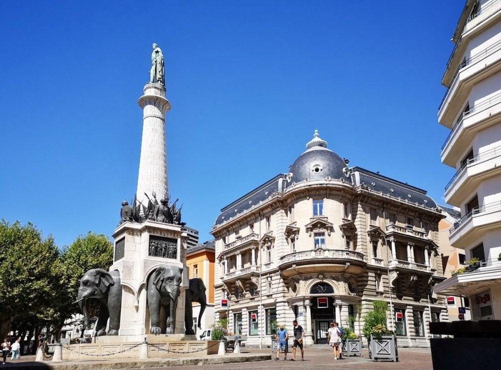La piazza degli Elefanti di Chambery con la Fontana degli Elefanti al centro