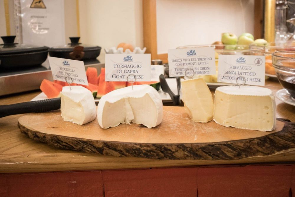 Formaggi tipici trentini al buffet della colazione dell'Hotel America a Trento