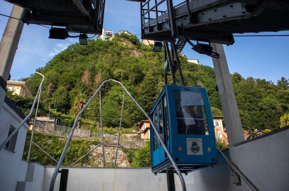 Panorama del Sacro Monte dalla stazione inferiore della funivia di Varallo con cabina in primo piano