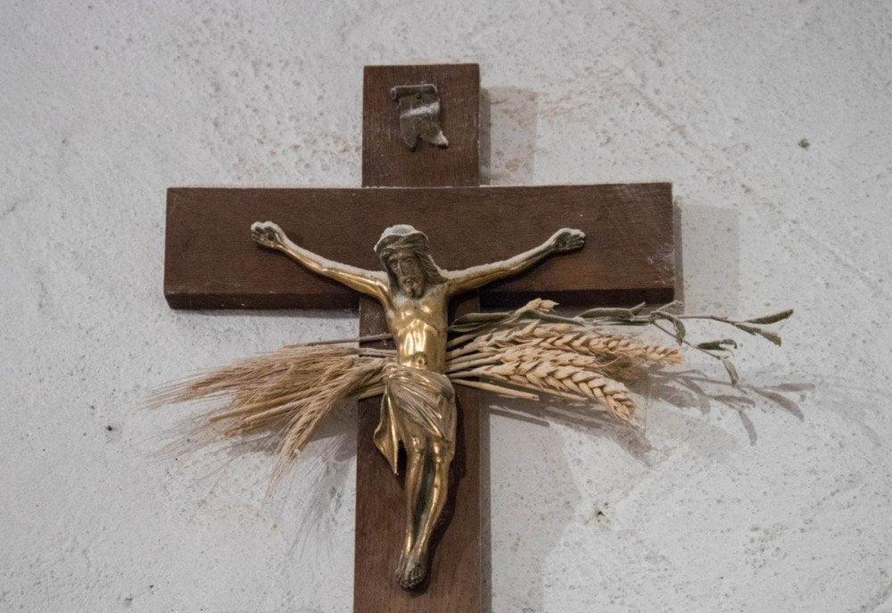 Crocifisso con spighe di grano nella sede dell'azienda agricola Pezzini di Sarnonico