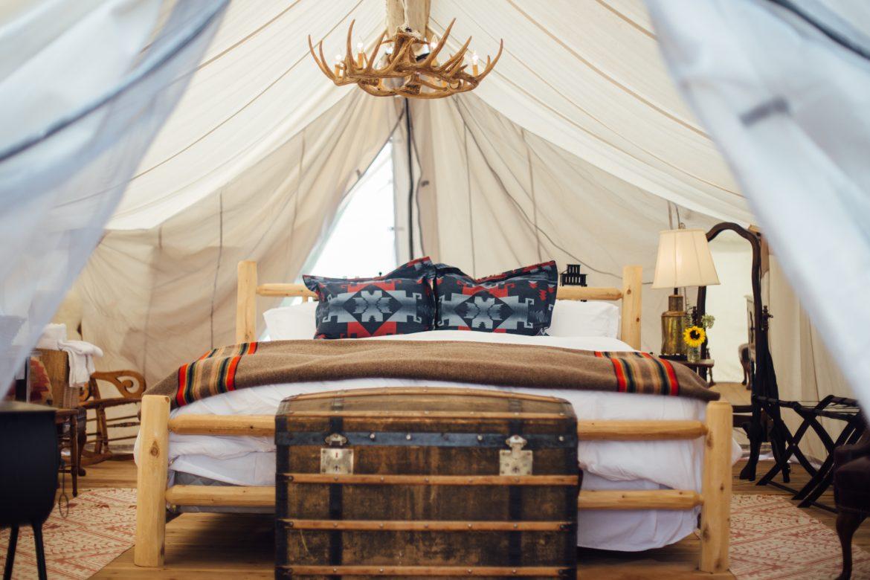 Interno di una tenda per glamping