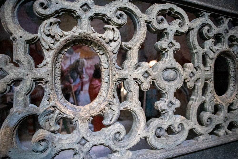 Le statue e gli affreschi delle cappelle del Sacro Monte di Varallo sono visibili da dietro le grate volute da San Carlo Borromeo