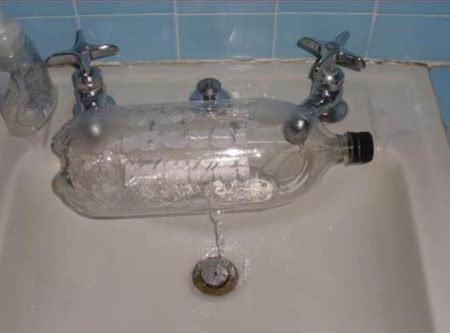 Lavandino con due rubinetti modificato con bottiglia di plastica
