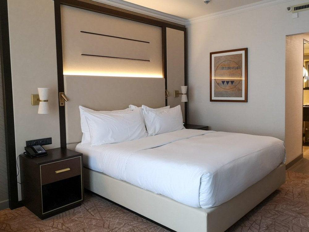 Letto nella camera doppia all'hotel Hilton Munich City di Monaco di Baviera