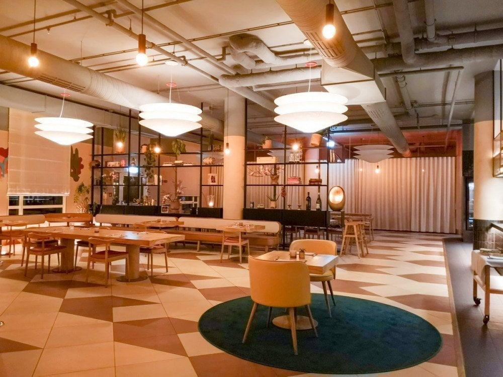 Sala e tavoli del ristorante Mona dell'Hilton di Monaco di Baviera