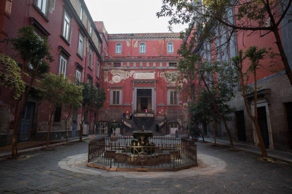 Cortile interno del complesso monumentale dell'Annunziata di Napoli