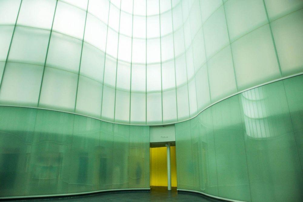 Parete curva semitrasparente progettata da David Chipperfield al primo piano del MUDEC di Milano