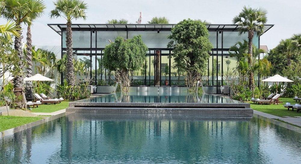 La lussureggiante piscina dello Jaya House River Park di Siem Reap, un hotel di lusso ecocompatibile