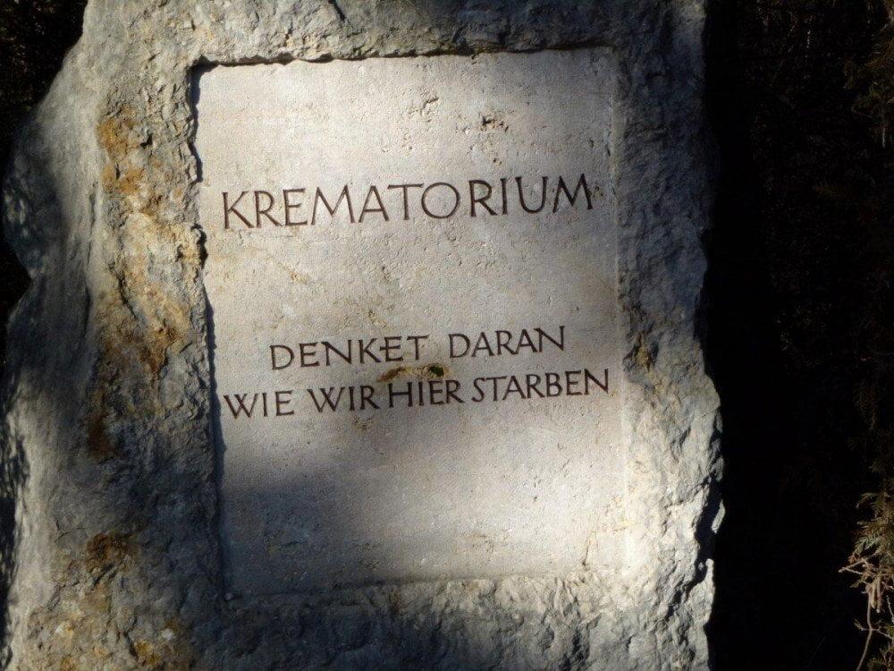 La lapide posta davanti all'area dei forni crematori del campo di concentramento di Dachau