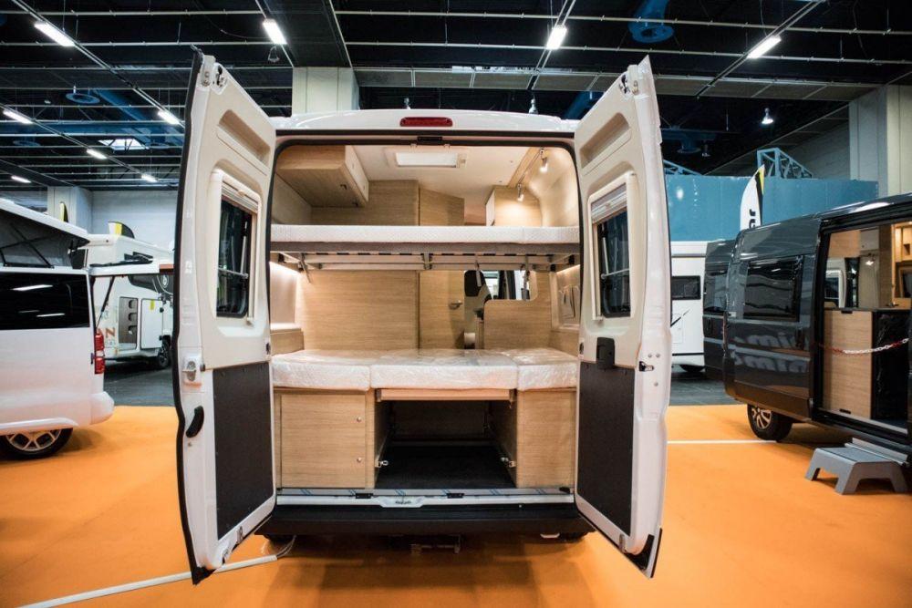 Letti a castello in un van camperizzato alla fiera A Tutto Camper 2019 a Torino