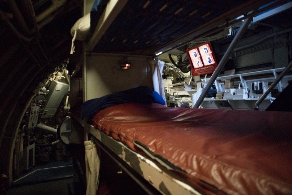 Posti letto nella camera di lancio vicino ai siluri nel sottomarino Nazario Sauro al Galata Museo del Mare di Genova