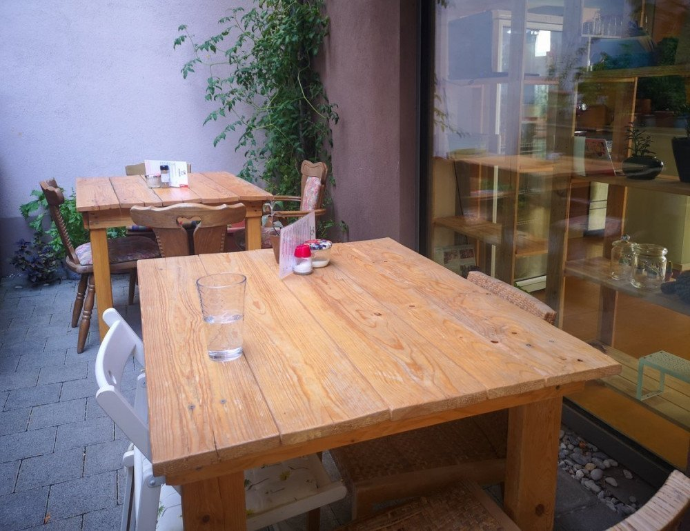 I tavoli in cortile del ristorante DeliKaktus di Lorrach
