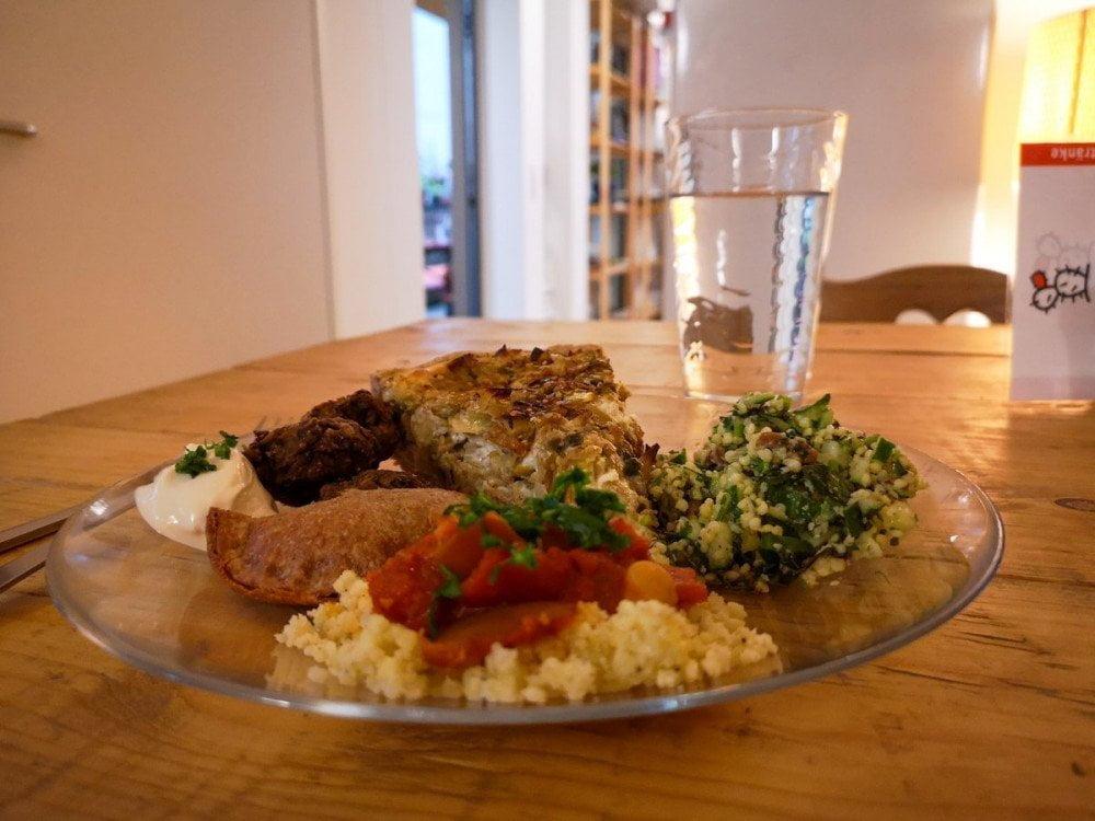 Un piatto misto con insalate, torta salata ed empanadas vegane al ristorante DeliKaktus di Lorrach