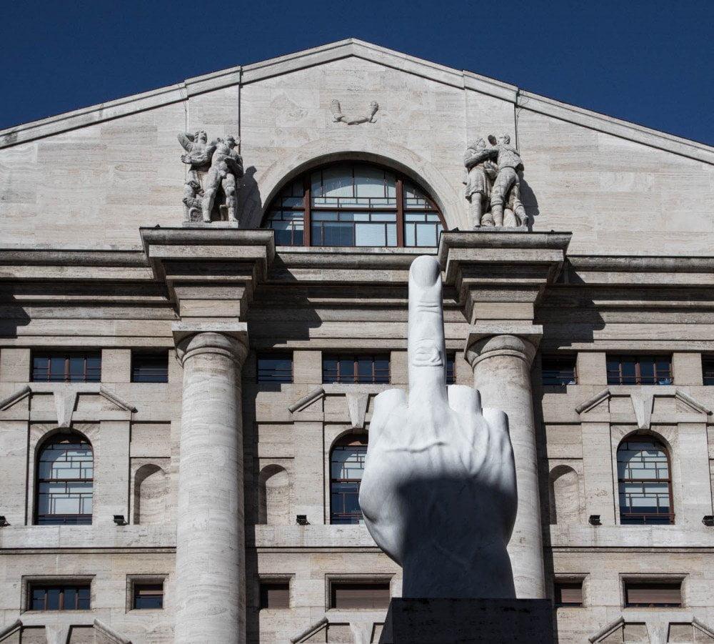 La scultura L.O.V.E. di Maurizio Cattelan installata in piazza Affari a Milano