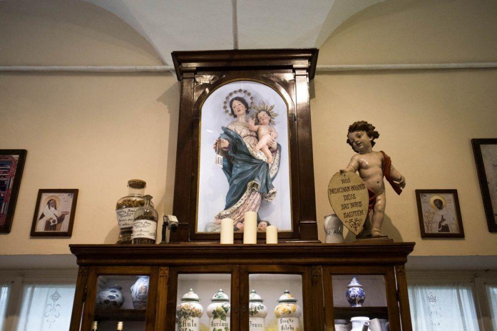 Madonna e putto con il motto dell'Antica Farmacia Sant'Anna di Genova