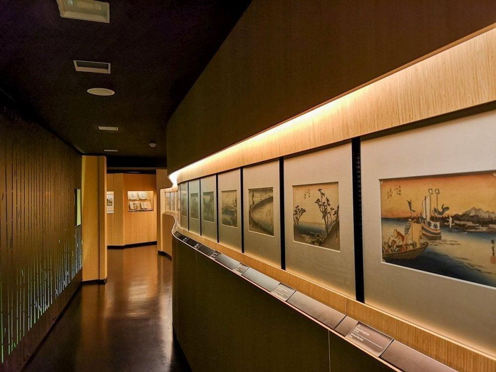 Corridoio del Museo d'Arte Orientale di Torino con esposizione di stampe giapponesi