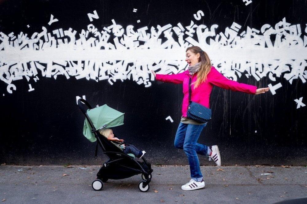 Paola Bertoni davanti a un murales del MAU Museo d'Arte Urbana di Torino, foto Virginia Barinaga Ʌir Fotografía