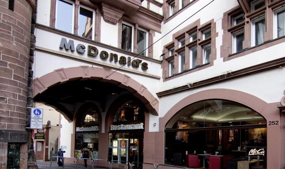 L'insegna del McDonald's di Friburgo in Brisgovia