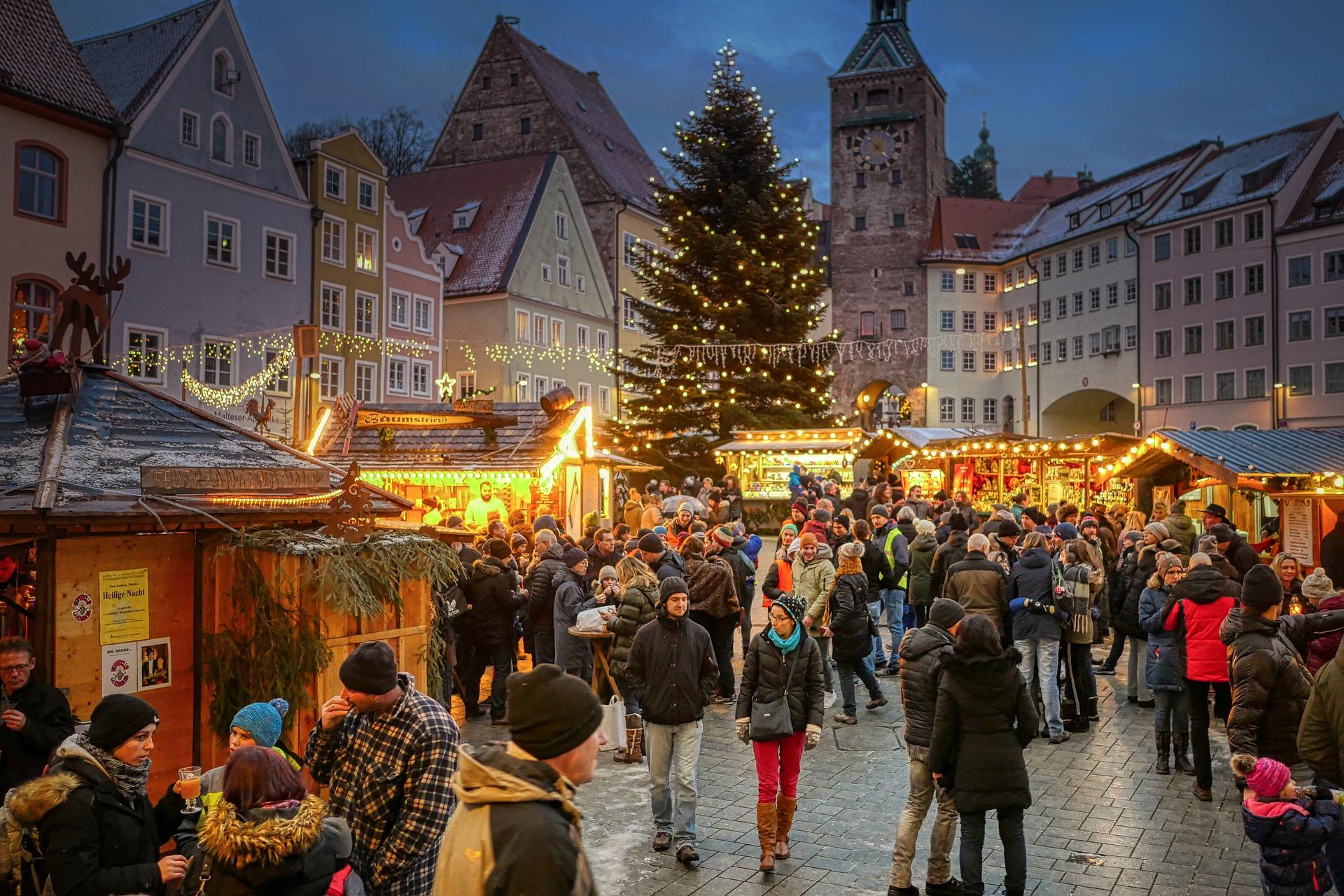 Immagine di stock di un mercatino natalizio con albero di Natale