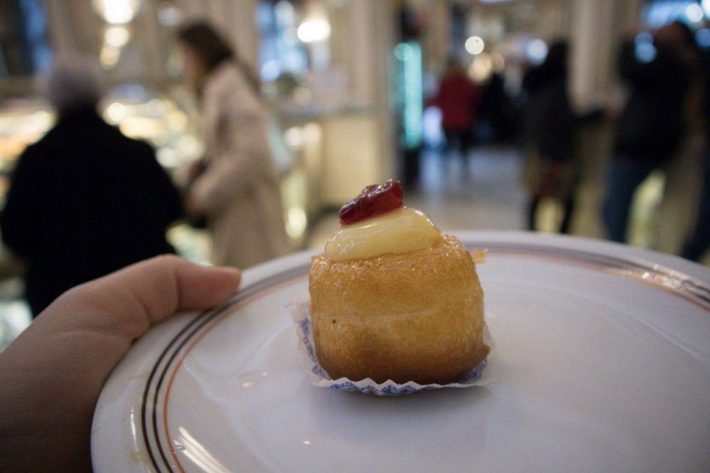 Mini babà con crema in un piatto al Gran Caffè Gambrinus di Napoli