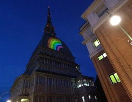 Mole Antonelliana illuminata con l'arcobaleno