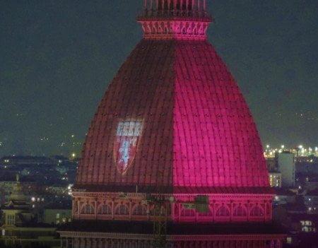 Mole Antonelliana illuminata di granata per ricordare il Grande Torino