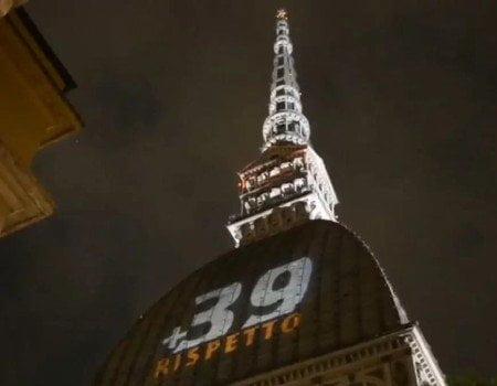 Mole Antonelliana illuminata per commemorare le vittime di Heysel