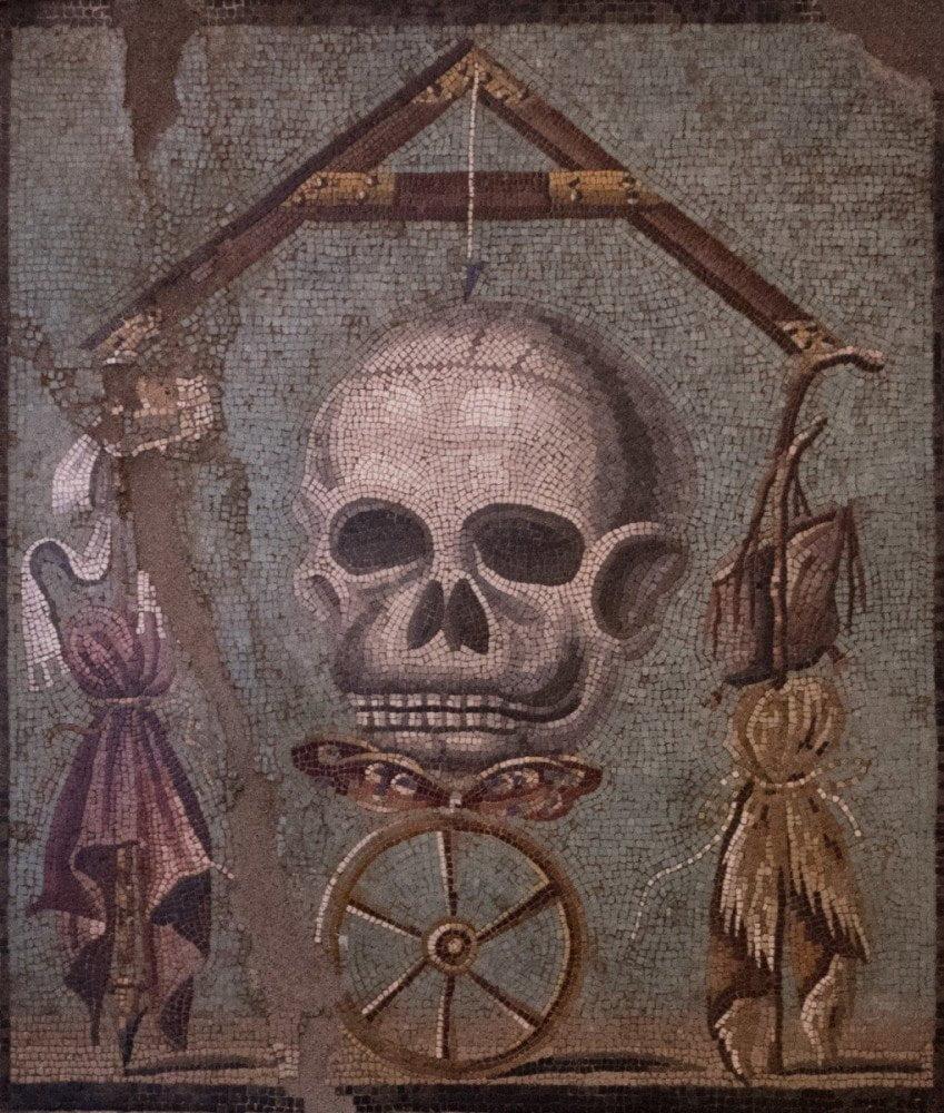 Mosaico di Pompei raffigurante un teschio con le orecchie, tipico memento mori della decorazione romana