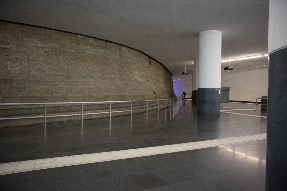 L'atrio della fermata Municipio della metropolitana di Napoli con la base delle colonne del Maschio Angioino a vista